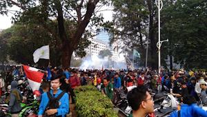 Ditembak Gas Airmata, Mahasiswa Mundur hingga Stasiun Palmerah