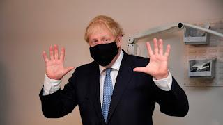 """Boris Johnson considera que quienes se oponen a las vacunas """"están locos"""""""
