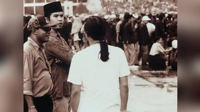 Siapa sangka Ahmad Dhani dan Anang Hermansyah rupanya merupakan aktivis 98. Kedua musisi tersebut ternyata pernah ikut turun ke jalan untuk melakukan demonstrasi pada tahun 1998 silam di depan Gedung Dewan Perwakilan Rakyat (DPR).