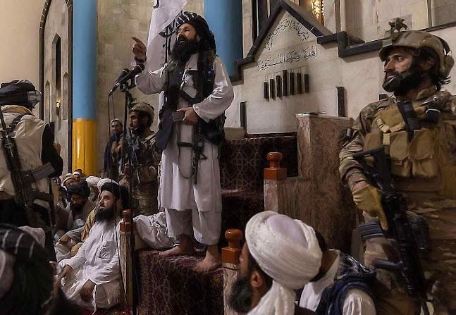 Líder Talibã Khalil Haqqani numa mesquita de Cabul. Foi-se o tempo em que usavam armas velhas capturadas. A Rússia e a China os armaram com o que há de mais moderno