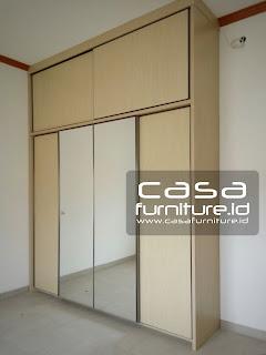 Lemari pakaian 4 pintu geser dengan dua cermin pada bagian tengah juga dibuat mentok hingga full plafon dengan ukuran 240 * 310. Poris