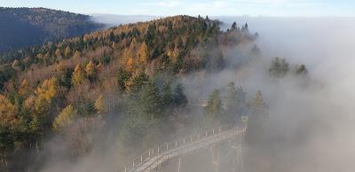 Mgła pod wieżą widokową Krynica-Zdrój