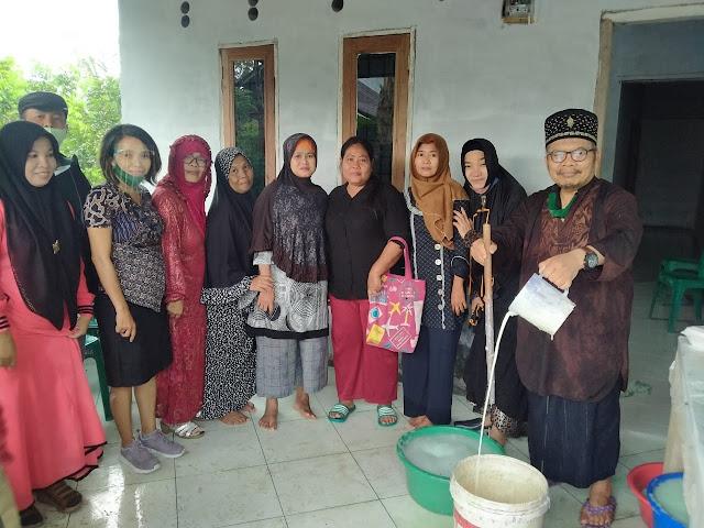 KH. M. Sontang Sihotang dan Dara Aisyah foto bersama dengan para UMKM Binaan Inovasi Produk Berbasis Kalsium, Mitra Abdimas USU Ibu Yessy Tanjung, Icum Susanti UMKM Esbana, serta para warga, dalam program transfer knowledge