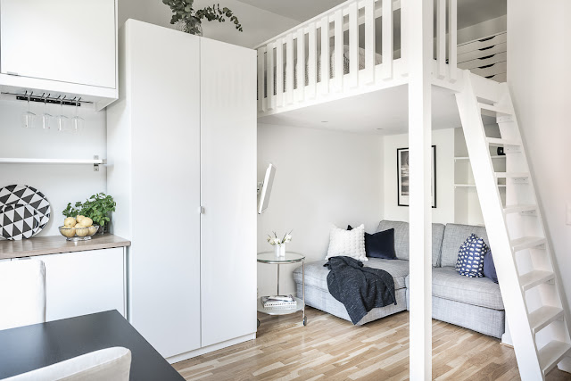 Dormitor deasupra canapelei într-o garsonieră de numai 20 m²