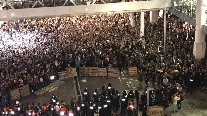 Policija bloķē protestētāju piekļuvi El Prata lidostas ēkai