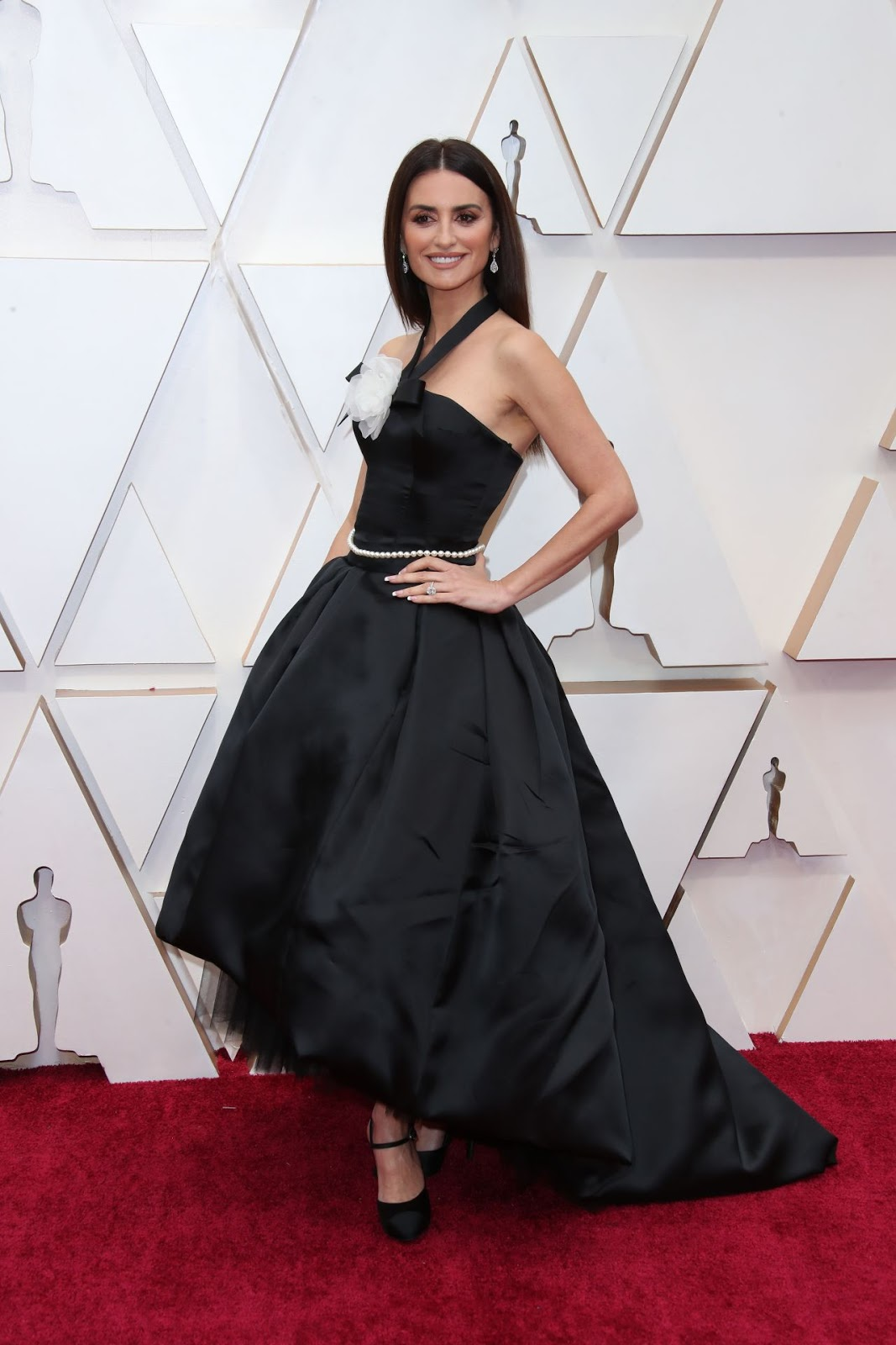 Penelope Cruz dazzles in satin black Chanel Couture at the 2020 Oscars
