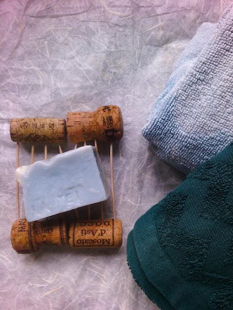 Porta sapone con tappi di sughero e stuzzicadenti