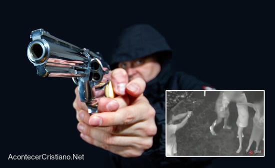 Ladrón asalta mujeres y arma se traba tras oración