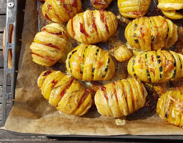 Hasselback-Kartoffeln: Rezept für schwedische Fächerkartoffeln aus dem Backofen. Auf dem Backblech gebacken sind die köstlichen Erdäpfel nach einem Rezept aus Schweden einfach zuzubereiten.