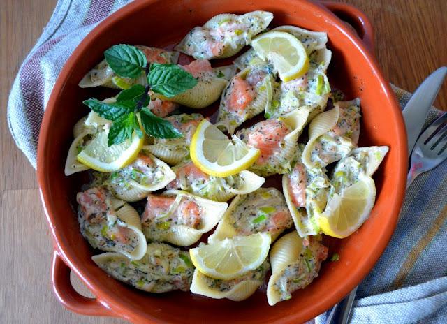 muszle-z-%25C5%2582ososiem-i-porami1 Muszle makaronowe faszerowane łososiem i porami