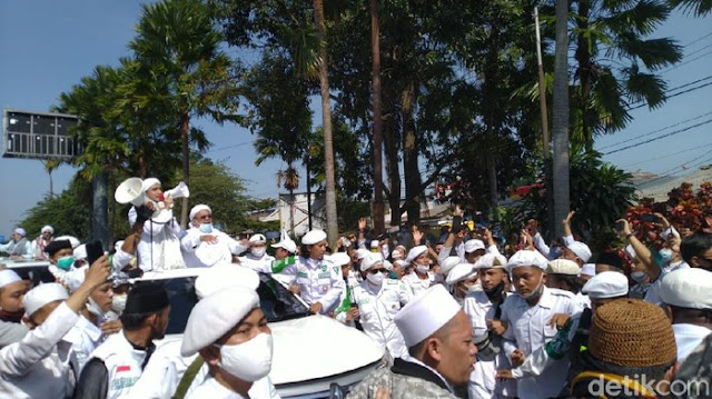 Habib Rizieq Tiba di Simpang Gadog, Massa Riuh Menyambut