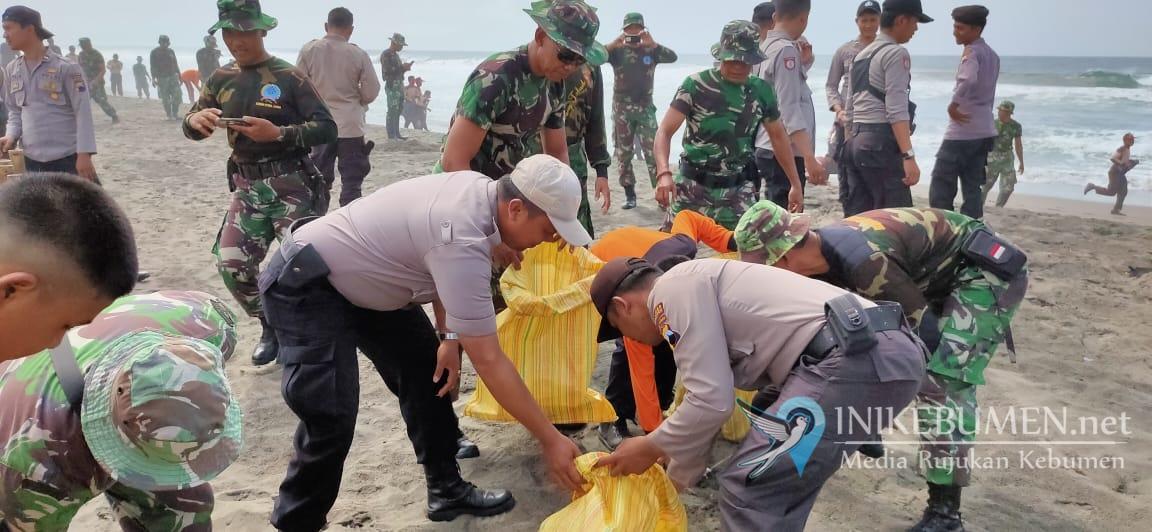 Peduli Lingkungan, Bersama TNI Polres Kebumen Bersihkan Pantai Suwuk
