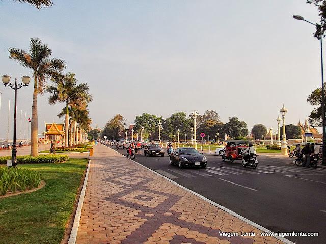 A avenida Sisowath, que margeia o rio Mekong, em Phnom Penh