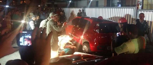 Motorista reage a assalto e passa com o carro por cima do motoqueiro