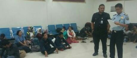 Petugas saat mendata 44 TKI yang diamankan di perairan Bagan Asahan.
