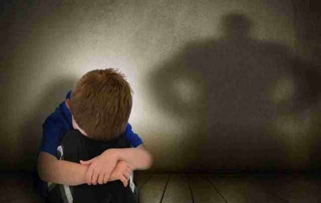 """""""Papà fa il cattivo"""", figlio di 7 anni convince la madre a denunciare il marito per maltrattamenti"""