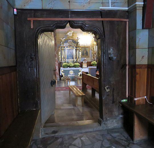 Drzwi boczne do kościoła.