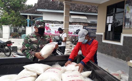 Babinsa Koramil 410-05/TKP Lakukan Pendampingan Pada Pendistribusian Beras