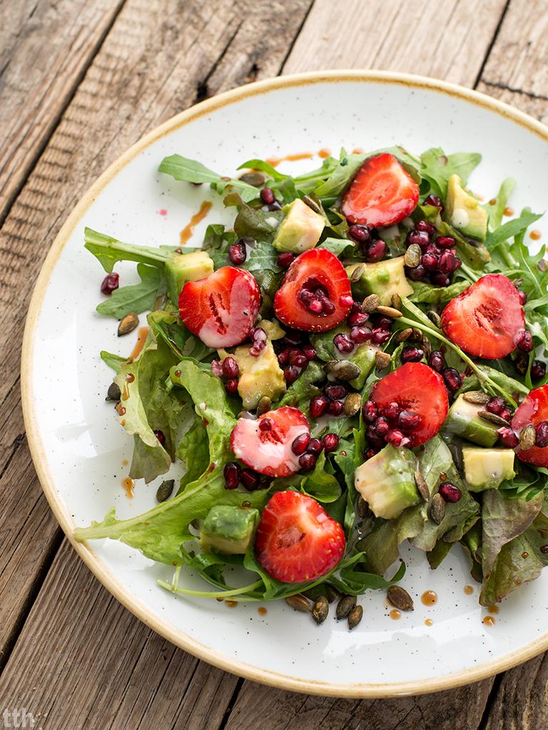 Sałatka z truskawkami, awokado i granatem w sosie sezamowym wegańskie, bezglutenowe roślinny blog