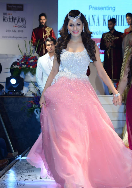 Urvashi Rautela Looks Smoking Hot As She Walks The Ramp For Archana Kochhar At The Wedding Vows Fashion Week 2016