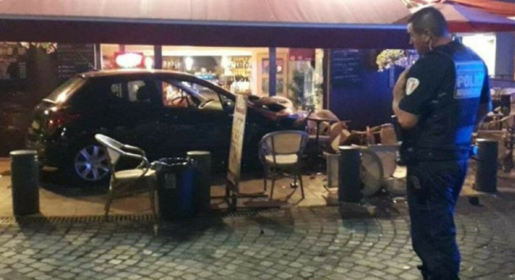 La Ciotat (13) : Un véhicule fonce dans un bar en emportant les meubles de la terrasse où étaient attablés des clients