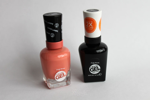 Links: der Miracle Gel Nagellack in der Farbe Malibu Peach; Rechts: der Miracle Gel Top Coat von Sally Hansen