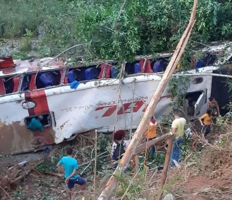 Acidente com ônibus deixa quatro pessoas mortas entre Bom Jesus das Selvas e Açailândia.