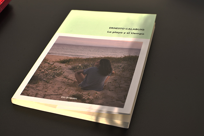 «La playa y el tiempo» de Ernesto Calabuig (Tres Hermanas Libros) en Bestia Lectora