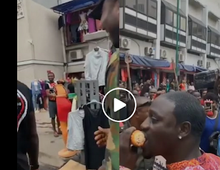 VIDEO: Akon spotted eating roasted corn in Idumota, Lagos