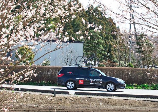 インタープロサイクリングアカデミーのサポートカー スバル エクシーガの写真