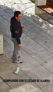 Hombre paseando perro de juguete
