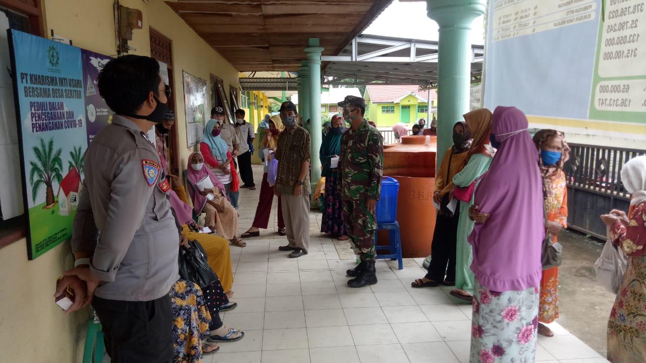 Babinsa Koramil 1010- 04/Binuang Dampinngi Warga Binaan Desa Pulau Pinang Induk Dalam Pembagian BST