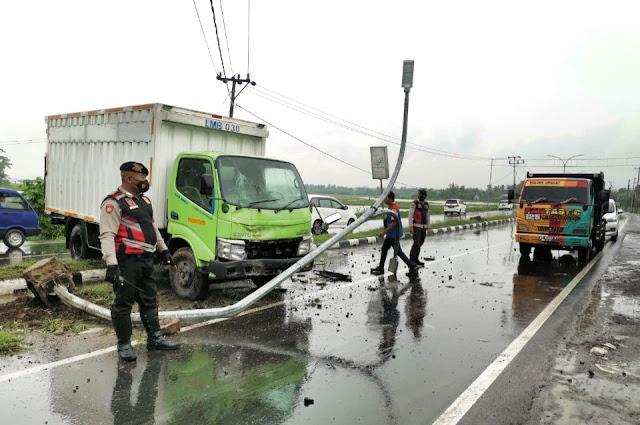 Jalan licin, truk box tabrak pembatas jalan di Lombok Tengah
