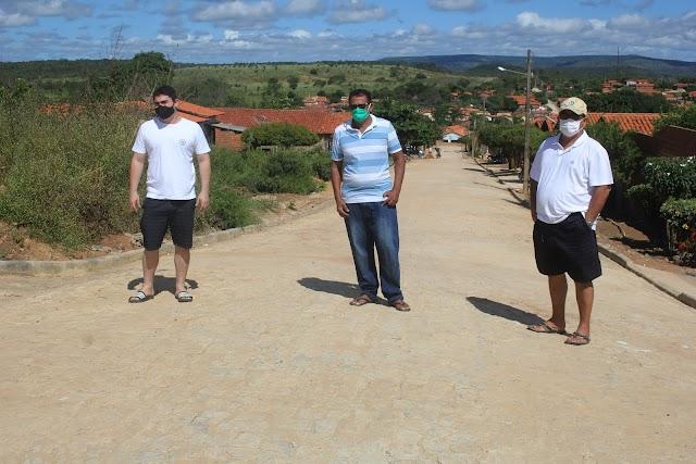 Vereador Cícero do Cabana, empresário Evaldo Barbosa e advogado Rafael Malta visitam obra de pavimentação em ruas da cidade e elogiam Leonardo Sobral do IDEPI