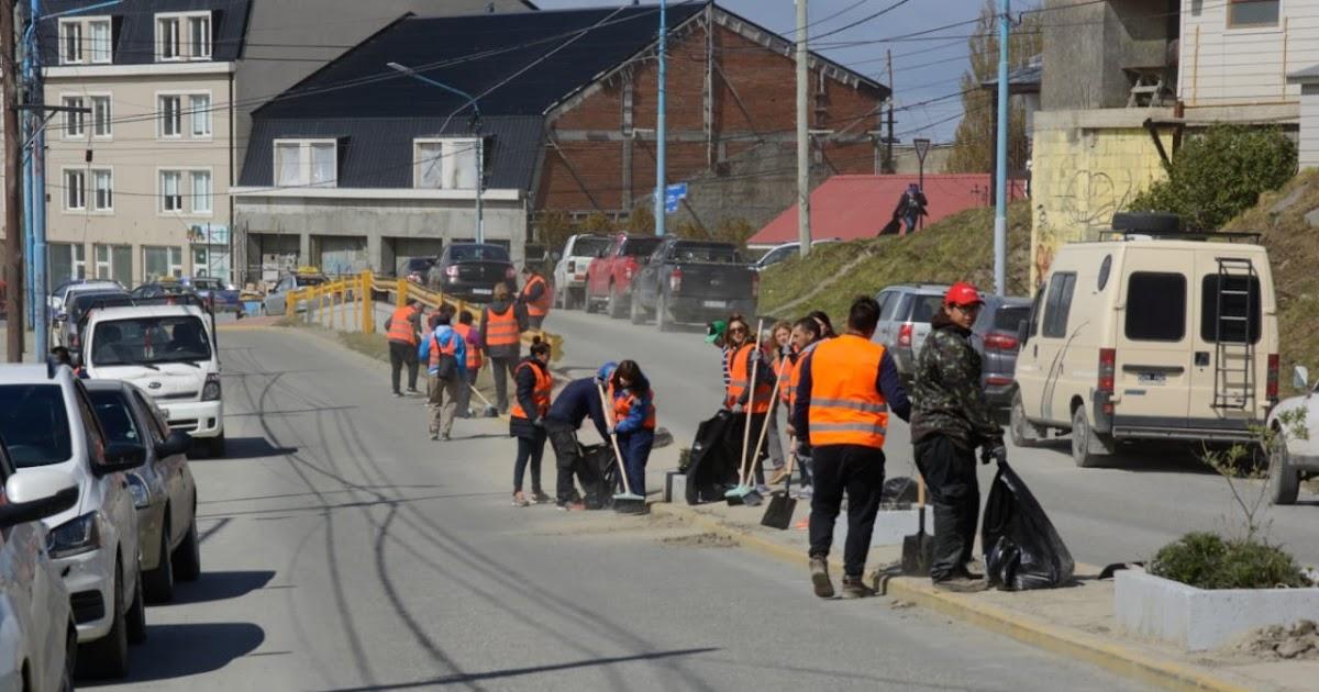 Ushuaia solicita a los Vecinos retirar los Vehículos de Magallanes y Perón para Limpíeza de la vía pública - Portal La TDF