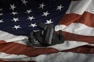 """لماذا يقبل الأمريكيون على اقتناء السلاح في زمن جائحة """"كورونا""""؟"""