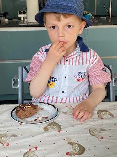 Dégustation du gâteau nid au chocolat
