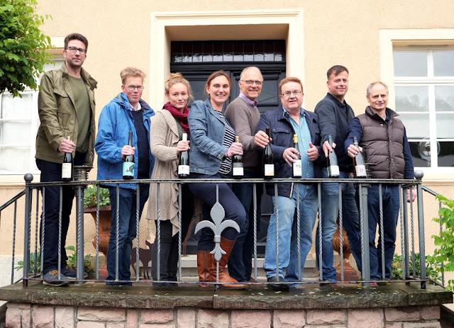 Die Winzerinnen und Winzer des Weinhöfefestes rund um Burg Layen an der Nahe.
