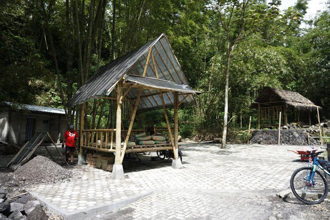Gazebo kecil sedang dibangun di sekitaran Jembatan Suropanggah