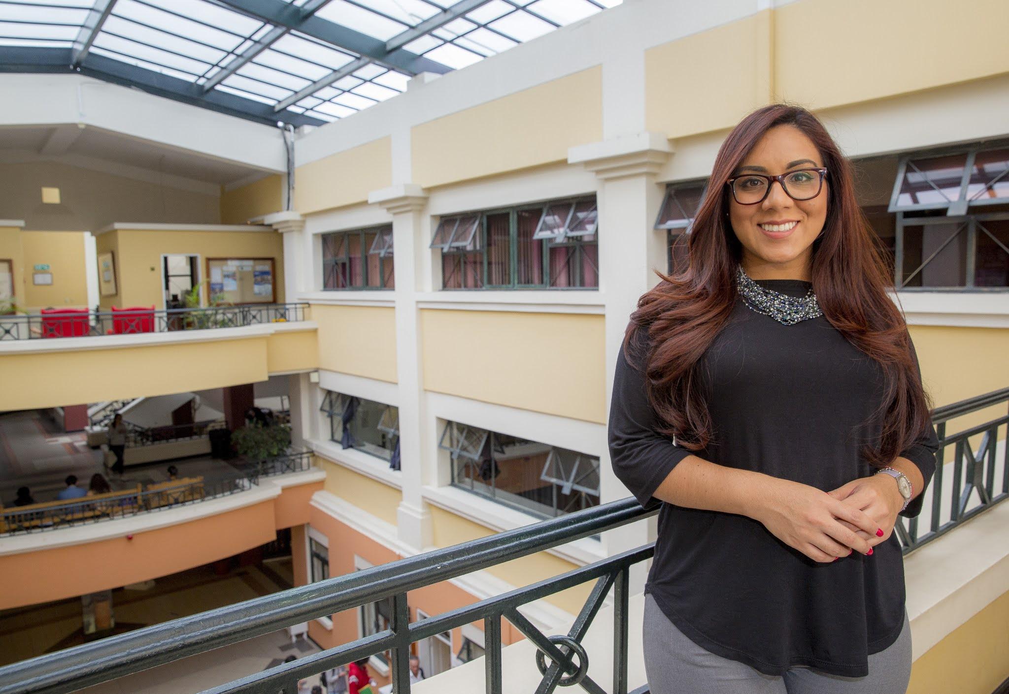 Tatiana Macías, docente de la Escuela de Economía, participa en entrevista para Diario La Hora