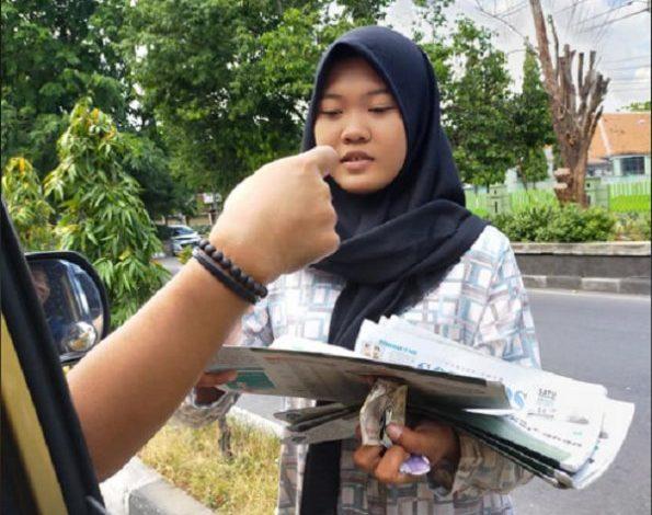 Viral Remaja Putri Cantik Penjual Koran yang Memiliki Sifat Dermawan