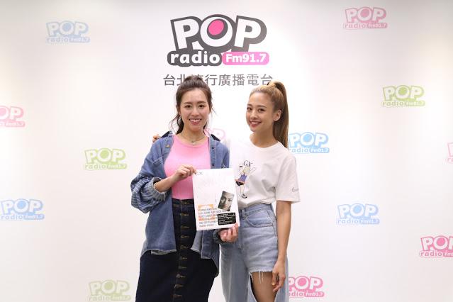 鬼鬼吳映潔(右)到POP Radio跟主持人Emily(左)分享首張專輯幕後故事