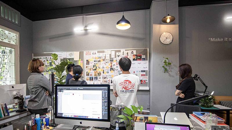 Đội ngũ của Vũ Digital trong quá trình sáng tạo slogan với khách hàng đến từ Nhật Bản.
