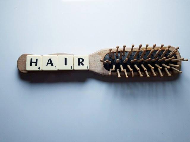 """髪をとかすブラシと""""HAIR""""という文字の写真"""