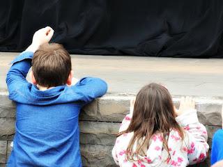 Crianças Observam Espetáculo na Praça João Correa, Canela - Bonecos Canela 2016