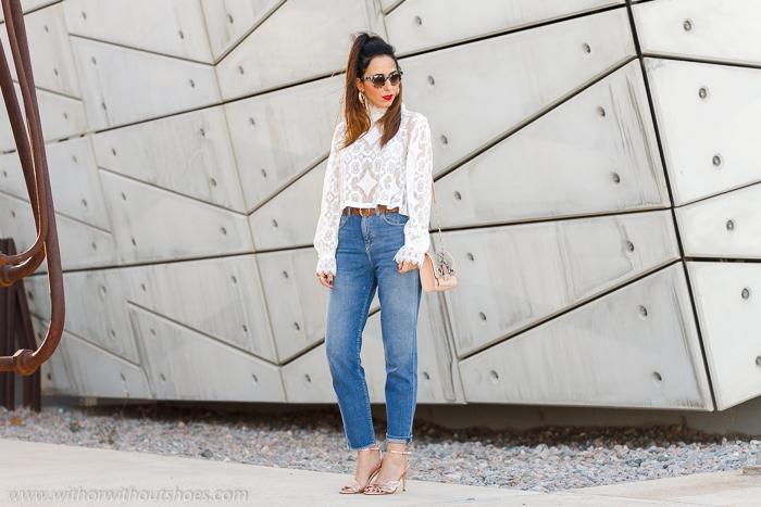 tendencias streetstyle Influencer blogger valencia con look comodo estiloso jeans mom fit chaqueta blazer y sandalias