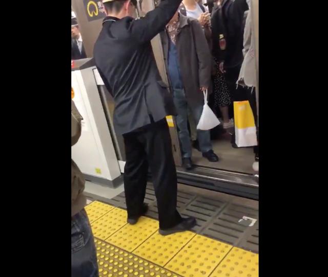 Viral Video yang Menunjukan Seorang Pria Tua di Jepang Menghalangi Jalannya Kereta
