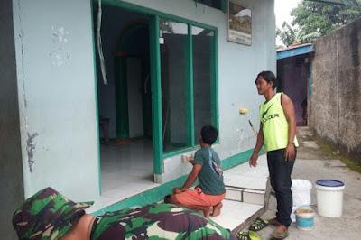 Bersama Warga Anggota Koramil 18/Jatiuwung Lakukan Pengecetan Musholla Nurul Hidayah