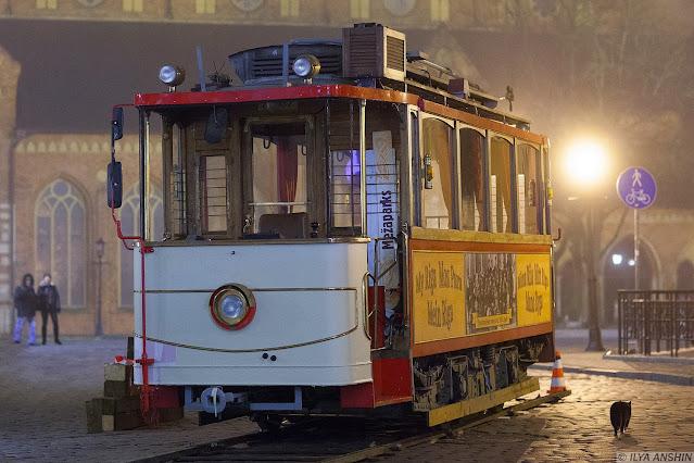 Ноябрь 2017 года. Ретро трамвайчик во время съёмок фильма. Поэтому занимает не совсем обычное место.