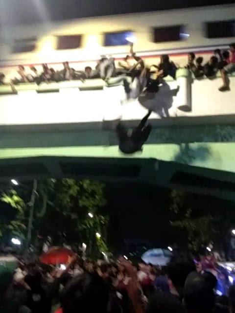 Detik-detik Saat Penonton Drama Surabaya Membara Jatuh dari Viaduk